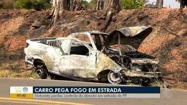 Carro pega fogo após bater em árvore na Estrada Raimundo Maiolini - Motorista perdeu controle da direção.
