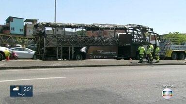 Passarela é interditada após incêndio em ônibus, na Linha Amarela - Linha Amarela tem duas pistas liberadas para o trânisto. A passarela de pedestres foi atingida pelo fogo e está sendo interditada.