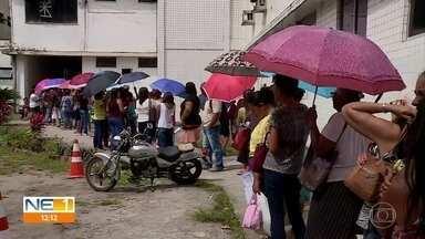 Corredor fica lotado com fila para marcação de consulta no Hospital Barão de Lucena - Há casos de pacientes chegaram nesta terça (17) em busca de ficha para a quarta-feira (18).