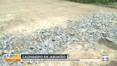 Moradores de Marcos Freire reclamam de buracos e de esgoto nas ruas da comunidade - Problema prejudica quem vive no Loteamento Cidade Guararapes.