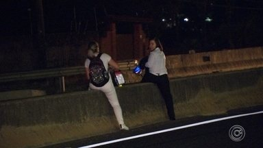 Pedestres se arriscam ao atravessar trechos da Rodovia Raposo Tavares - Pedestres se arriscam ao atravessar trechos da Rodovia Raposo Tavares na região de Sorocaba (SP).
