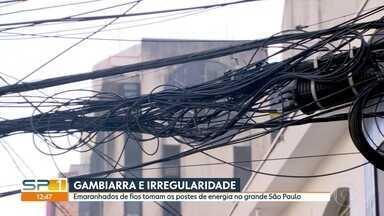 Fios e cabos tomam postes de energia da grande São Paulo - Enel e Procon/SP estão identificando e notificando empresas irregulares