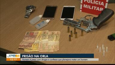 Homem é preso com drogas em João Pessoa - O homem confessou para a polícia que estava se preparando para matar uma pessoa num quiosque da praia.