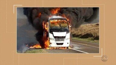 Micro-ônibus que transportava pacientes pega fogo na BR 290 - Assista ao vídeo.