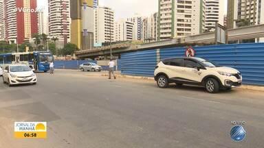 Batida entre carro e ônibus deixa o trânsito lento na Avenida Antônio Carlos Magalhães - Acidente aconteceu na manhã desta quarta-feira (18), em Salvador.