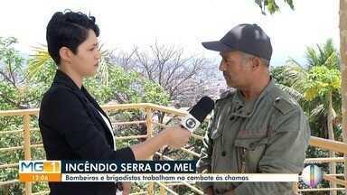 Bombeiros e brigadistas lutam contra incêndio em Montes Claros - Incêndio atinge a Serra do Mel desde o último domingo (15). Ambientalista alerta a população sobre as queimadas.