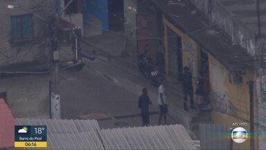 Globocop flagra grupo de homens armados no Morro do Campinho, Zona Norte do Rio - O flagrante mostra homens armados na comunidade no início da manhã desta quinta-feira (19).