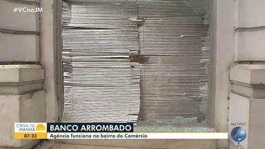 Agência do banco Santander é arrombada por bandidos na região do Comércio, em Salvador - A PM está no local e procura pelos suspeitos do crime.