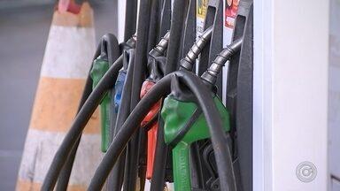 Petrobras aumenta preço do diesel em 4,2% e da gasolina em 3,5% - A Petrobras vai elevar o preço médio do diesel nas refinarias em 4,2%, e o da gasolina em 3,5% a partir desta quinta-feira (19). A informação foi divulgada pela assessoria de imprensa da estatal nesta quarta.