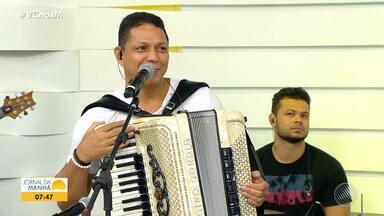 Forrozeiro Targino Gondim participa do JM desta sexta-feira - Durante o telejornal, o artista apresentou pela primeira vez uma canção que homenageia Irmã Dulce. Confira.