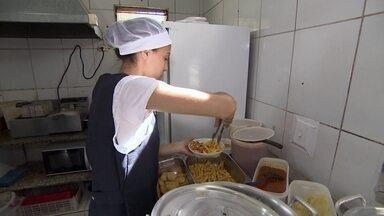 Dona de restaurante aposta em delivery para aumentar vendas e superar dívida - Dona Celi precisou se ausentar do restaurante por um período e viu a situação mudar para pior. Então ela mudou o foco do negócio e passou a investir em delivery.