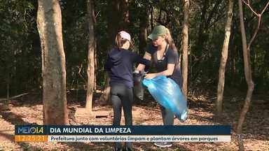 Prefeitura e voluntários limpam e plantam árvores em parques de Foz - A ação foi realizada na manhã deste sábado.
