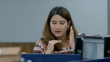 Segunda Categoria - Duas fofocas quentes correm pelo escritório. Bárbara tenta se aproximar de Valéria para garantir que não será demitida. Depois, ela pega a sub-gerente aos beijos.