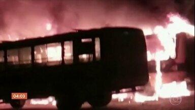 Série de incêndios criminosos coloca em alerta moradores de Fortaleza (CE) - Foram mais de 20 ataques entre carros, ônibus e caminhões. Na madrugada desta terça (24), os bandidos voltaram a agir, até prédio onde funciona o Juizado especial foi atacado.