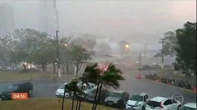 Chuva chega a Cuiabá após 120 dias de tempo seco e altas temperaturas - Chuva forte causou transtornos. Ventania derrubou árvores e afetou a rede elétrica.