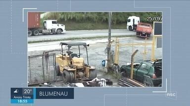 Giro de notícias: câmera de monitoramento flagra acidente entre caminhões na BR-470 - Giro de notícias: câmera de monitoramento flagra acidente entre caminhões na BR-470