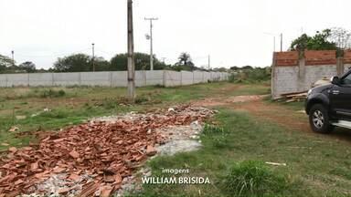 Moradores pedem solução para rua que está bloqueada há anos em Foz do Iguaçu - Segundo a prefeitura, é preciso fazer uma drenagem na região, que só deve ser realizada no ano que vem.