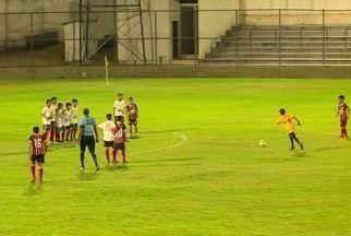 Goleiro da escolinha do São Paulo segue os passos de Rogério Ceni e também faz gols - Goleiro da escolinha do São Paulo segue os passos de Rogério Ceni e também faz gols