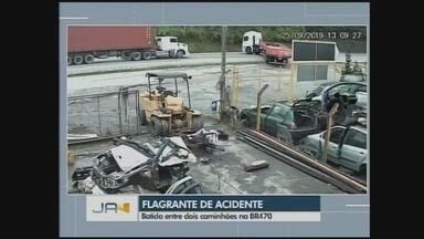 Câmera de monitoramento flagra acidente entre caminhões na BR-470 - Câmera de monitoramento flagra acidente entre caminhões na BR-470