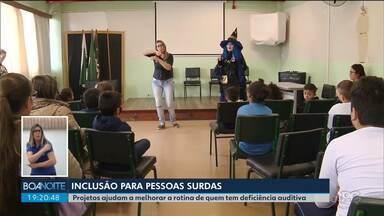Projetos ajudam na inclusão de pessoas surdas - Em uma escola de Curitiba, alunos tiveram contação de histórias com tradução para a Língua Brasileira de Sinais.