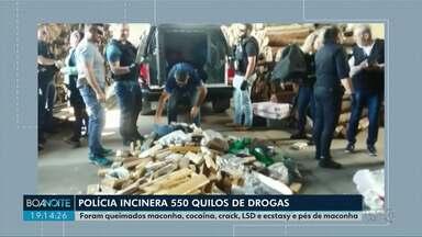 Polícia incinera meia tonelada de drogas em Ponta Grossa - Foram queimados maconha, cocaína, crack, LSD e ecstasy e pés de maconha.