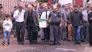 PM morto após ajudar vítimas de acidente é enterrado com honrarias militares em Bauru - Troca de tiros dos policiais e um dos motoristas envolvidos aconteceu em Aparecidinha, distrito de São Manuel (SP). Motorista de 30 anos também morreu.