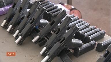Homem é preso ao tentar transportar armas do Paraguai para o Rio de Janeiro - Após mais de 20 km de perseguição, criminosos bateram com o carro em uma mureta. Dois suspeitos fugiram. Vinte e nove pistolas e 39 carregadores foram apreendidos.
