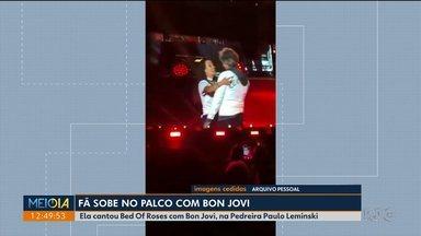 """Fã sobe no palco e canta com Bon Jovi no show de Curitiba - Eles cantaram """"Bed Of Roses"""", na Pedreira Paulo Lemniski."""