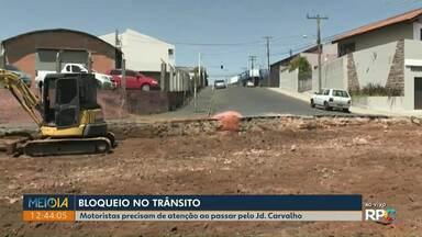 Obras impedem trânsito em bairro de Ponta Grossa - Ruas estão passando por revitalização.