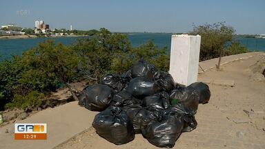 É grande a quantidade de lixo jogado nas margens e dentro do Rio São Francisco - O poder público vem fazendo a limpeza da ilha do fogo, mas a falta de educação de alguns banhistas tá colocando tudo a perder.