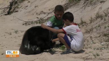 Voluntários e estudantes limpam praia na Barra de São Miguel - Eles fizeram limpeza após aparecimento de mancha de piche e petróleo no litoral alagoano.