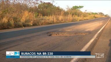 Buracos danificam veículos ao longo da BR-230, no sul do Maranhão - Rodovia está sem conservação há quase três anos.