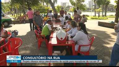 Consultório na Rua; projeto oferece atendimentos de saúde para moradores de rua em JP - Confira os detalhes na reportagem de Giuliano Roque.