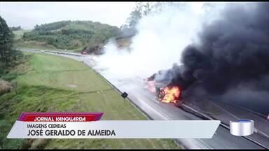 Motorista morre após caminhão pegar fogo e interditar totalmente a Dom Pedro 1° - Condutor foi socorrido em estado grave para o pronto socorro de Igaratá, mas não resistiu aos ferimentos e morreu no hospital.