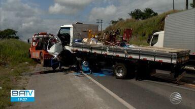Carro bate de frente com caminhão deixa dois feridos na BR-101 - Acidente aconteceu na manhã deste sábado em Itabuna.