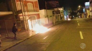 Contêineres são incendiados em bairro de Sorocaba - Dois contêineres de lixo foram incendiados na madrugada desta sexta-feira (27) em Sorocaba (SP). Câmeras de segurança da rua Santa Clara flagraram o momento em que uma pessoa se aproxima de uns dos contêineres, mexe em algo e sai. Segundos depois, o fogo começa.