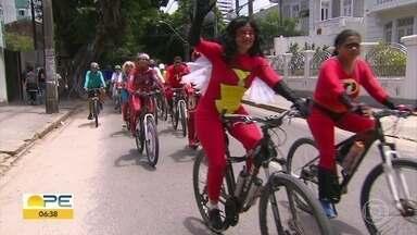 Doutores da Alegria fazem passeio ciclístico pelo Recife - Conhecidos por levar sorrisos a hospitais, grupo espalhou alegria pela rua.