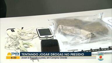 Jovem é presa suspeita de tentar arremessar drogas para dentro de presídio, em CG - Mulher, de 19 anos, foi presa em flagrante com dois tabletes de maconha, dois celulares, carregadores e fone de ouvido.