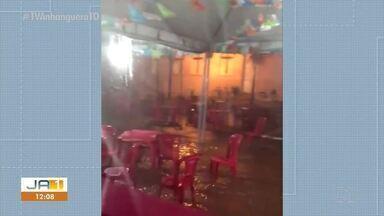 Força da água da chuva arrasta cadeiras e mesas em Alvorada - Força da água da chuva arrasta cadeiras e mesas em Alvorada