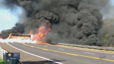 Homem morre em acidente entre Porto Ferreira e Descalvado - Um carro e uma carreta bateram de frente e pegaram fogo.