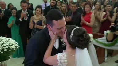 Casal que se conheceu na tragédia da boate Kiss celebra casamento - Daiane e Vinícius estavam se conhecendo na noite que aconteceu a tragédia.