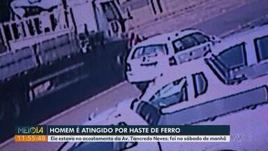 Homem fica ferido após ser atingido por haste de ferro de caminhão - Ele estava no acostamento da Av. Tancredo Neves. Acidente foi no sábado de manhã.