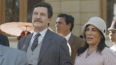 Lola se emociona na primeira comunhão de Isabel e Julinho - Por causa de Inês, Alfredo provoca Carlos na procissão. Lola tenta dar fim à discussão dos filhos