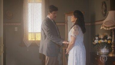 Lola tranquiliza Júlio sobre a situação financeira da família - Júlio teme não conseguir pagar pela casa e pede que a esposa segure os gastos