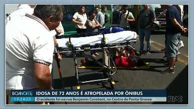 Idosa de 72 anos é atropelada por ônibus no Centro de Ponta Grossa - A mulher foi socorrida pelos bombeiros e levada para o Hospital Municipal.