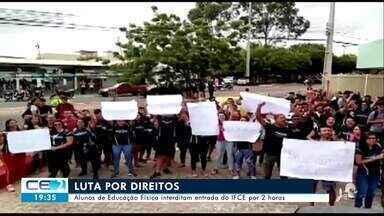 Alunos de Educação Física interditam entrada do IFCE em Juazeiro do Norte - Confira mais notícias em g1.globo.com/ce