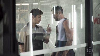 Agno quer bancar Leandro - Empresário não gosta de ver rapaz trabalhando na faxina da academia e propõe que ele deixe o emprego