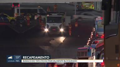 Houve interdição no Buraco do Tatu nesta segunda (30) à noite - O bloqueio das faixas no sentido Asa Norte foi para o trabalho de recapeamento do asfalto. O trânsito foi desviado para a rodoviária, o que causou engarrafamento.