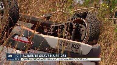 Acidente grave deixa quatro mortos, entre eles uma criança de dois anos - A batida foi de frente na BR-251. A Polícia Militar havia recebido uma denúncia de que um dos envolvidos estava dirigindo na rodovia transtornado e em alta velocidade. Ele morreu no acidente. Os outros três mortos, que estavam no outro carro, foram pai, mãe e filho.