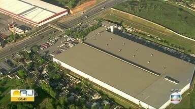 Bandidos invadem galpão das Lojas Americanas e levam carregamento de eletrônicos - Bandidos invadiram na madrugada desta terça (01) o centro de distribuição das Lojas Americanas, em Nova Iguaçu. Um caminhão carregado com mercadorias foi levado.